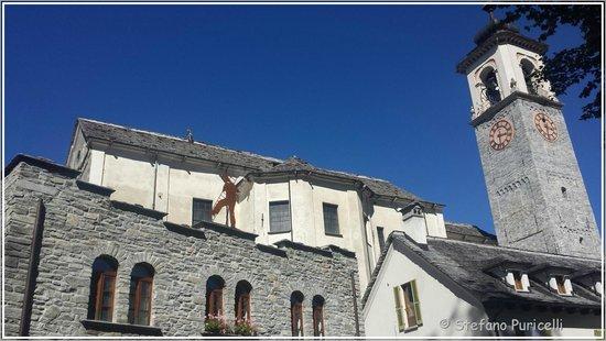 Santa Maria Maggiore, Italia: La chiesa ed il campanile visti dal parco di Villa Antonia
