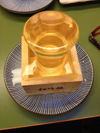 Kikaku: Sake, which was filled with three glasses and plates