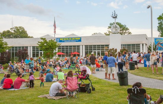 Newport News, VA: Thursdays by the Lake