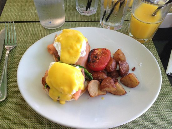 Pelican Hotel: Que desayuno! Salmón ahumado sobre tostadas, con espinacas y huevo. Tomate y papas crocantes!!!