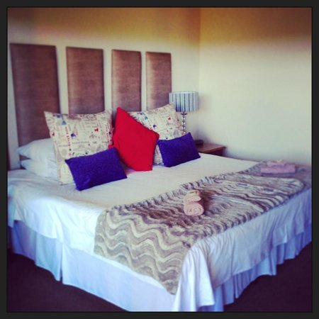 Overmeer Guest House: Big bed