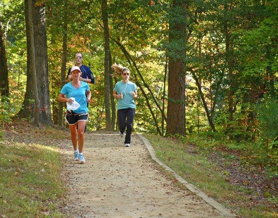 Νιούπορτ Νιουζ, Βιρτζίνια: Runners on the trail