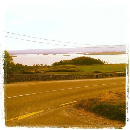 Danaghers Hotel: Beautiful sceneray on road from Cong to Westport.