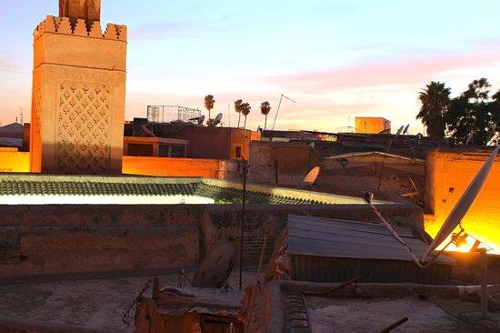 Dar Zelda: Blick von der Dachterrasse auf einen Teil der Medina von Marrakesch