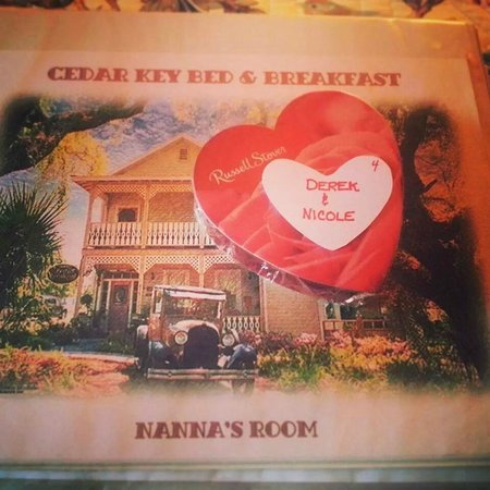Cedar Key Bed and Breakfast: This was waiting for us in our room ... what a sweet little Valentine Surprise!