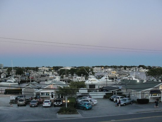 Hyannis Holiday Motel: The view from the room's balcony