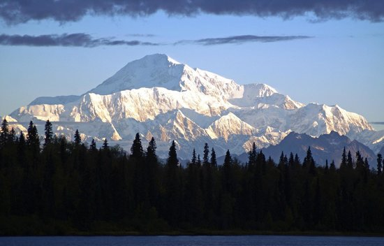 North Country Bed and Breakfast: Spectacular view of Denali across the lake at sunrise