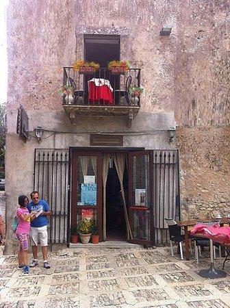 Balconcino fiorito sull'entrata della Regia pasticceria .