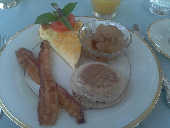 Inn at Old Virginia: Breakfast: apple with cinnamon, vegfrittata, bacon and muffin