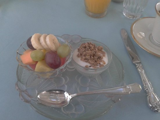 Inn at Old Virginia: Breakfast: fresh fruit and yogurt