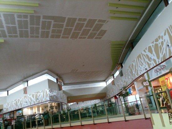 Manauara Shopping : Parece decoração no teto? Mas não é. São remendos...