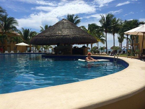 Secrets Aura Cozumel : swim up bar in preferred pool