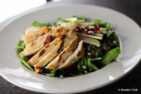 Woody's Pub: Spinach & Chicken salad