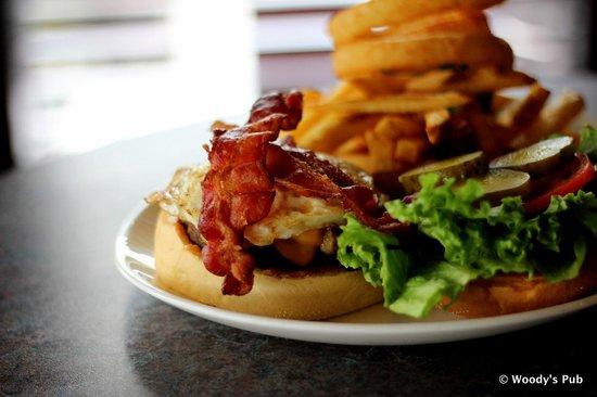 Woody's Pub: Loaded burger