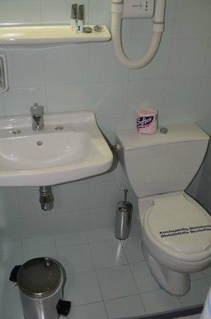 Hotel Maniatis : Bathroom - small but functional
