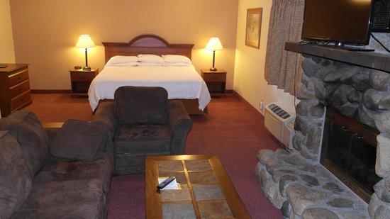 Super 8 Bemidji MN: Jacuzzi suite with fireplace