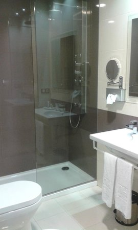NH Ourense: Very modern and luxurious. Wonderful shower!