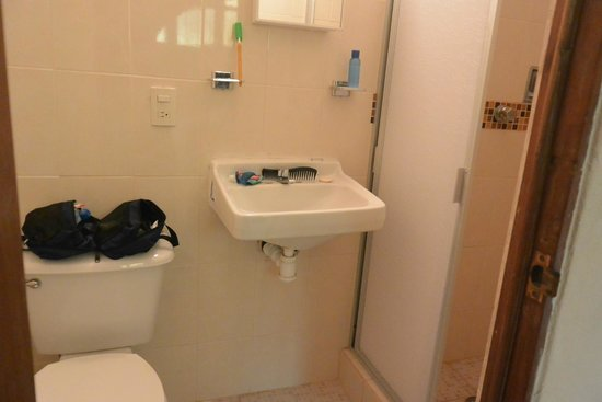 Hotel Villa Del Mar: Small bathroom with no vanity