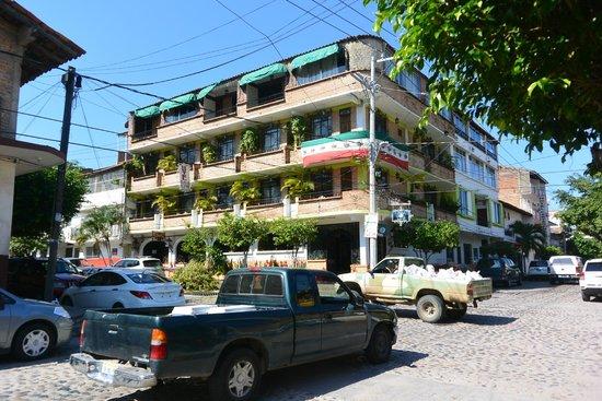 Hotel Villa Del Mar: Hotel building from across the street