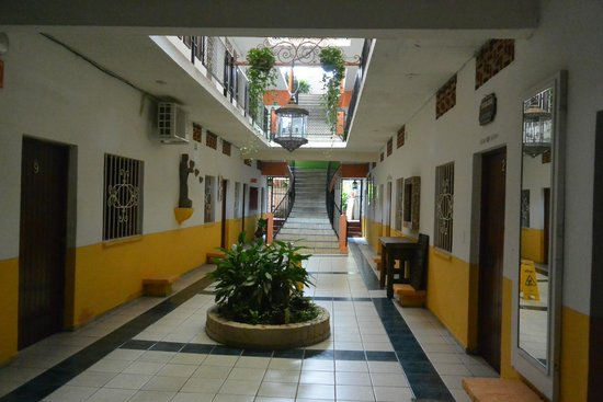 Hotel Villa Del Mar: Beautiful interior court yard hallway