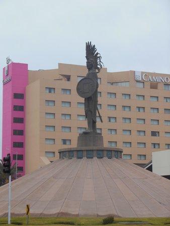 Real Inn Tijuana : A hotelu pilnuje taki aztecki wojownik :-)