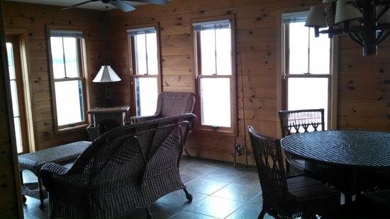 Chippewa Retreat Resort: A heated floor... extra room to enjoy the lake views.