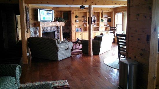 Chippewa Retreat Resort: Fireplace ready to go.  Large flat screen t.v.