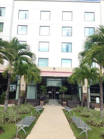 Courtyard Panama at Metromall Mall: Acesso do hotel à piscina. Área interna.