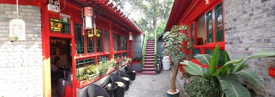 Beijing 161 Lama Temple Courtyard Hotel : A gauche: le bar. A droite les 2 chambres à éviter (chambre