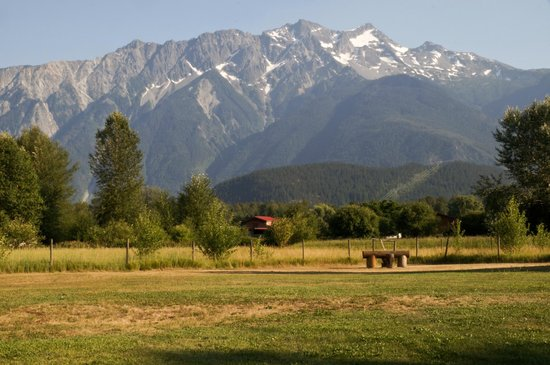 Lillooet River Lodge: view of Mount Currie from our room