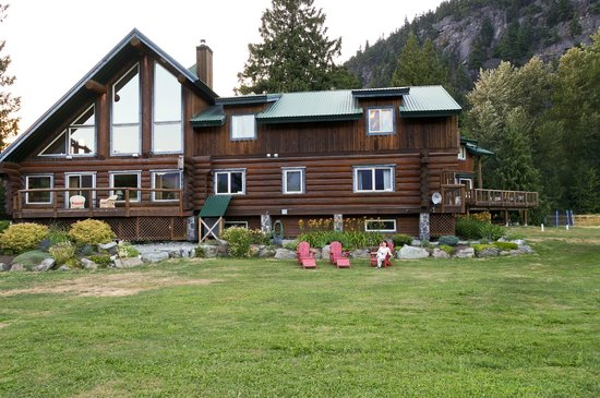 Lillooet River Lodge: Rear of the lodge