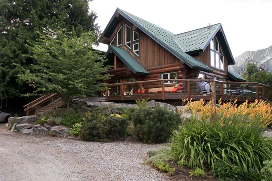 Lillooet River Lodge: Front view