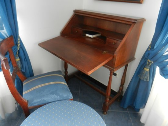 Hotel Giulio Cesare : Useful bureau and co-ordinated furniture