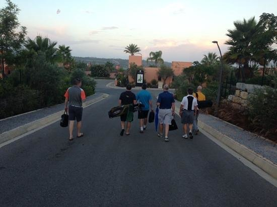 Amendoeira Golf Resort: Morning walk to club house
