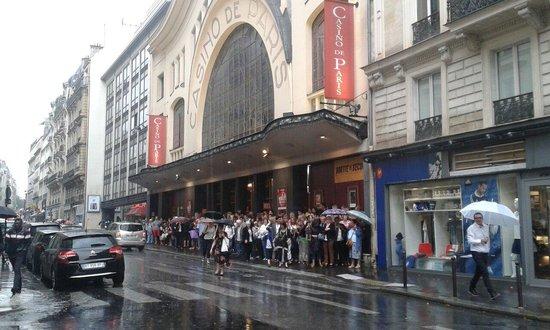 Casino De Paris: Under the rain...