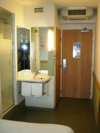 Ibis Budget Warszawa Reduta : Wash bassin inside of room