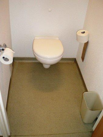 Ibis Budget Warszawa Reduta : Clean toilet, but no brush for lavatory pan