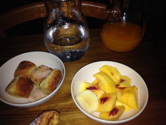 Il Polifemo Etna B&B : Frutta fresca e frittelline con zucchero e cannella