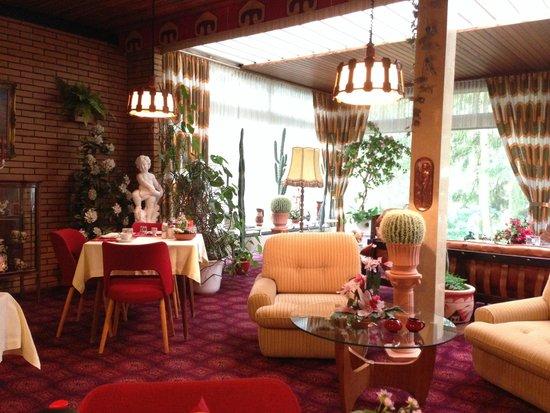 Parkhotel 1970: Schnappschuss des erweiterten Lobby-Bereichs, Gegenschuss