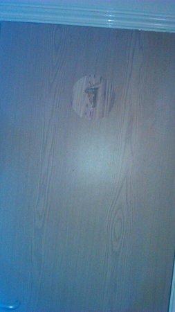 Essex Inn Hotel: Hole in bath room door