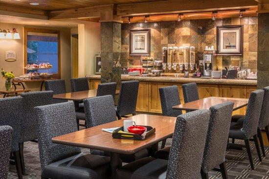 تاون بلاس سويتس بيند نير ماونت باتشلور: Breakfast Room