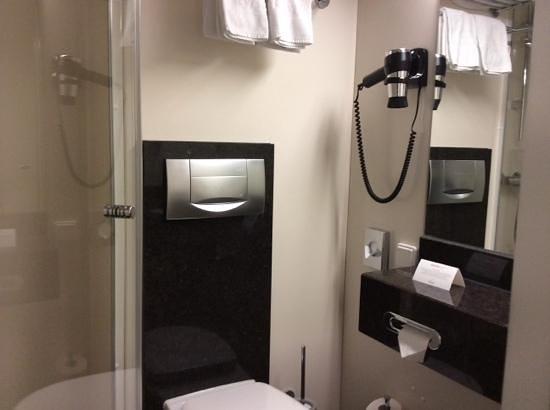 InterCityHotel Augsburg: Bathroom