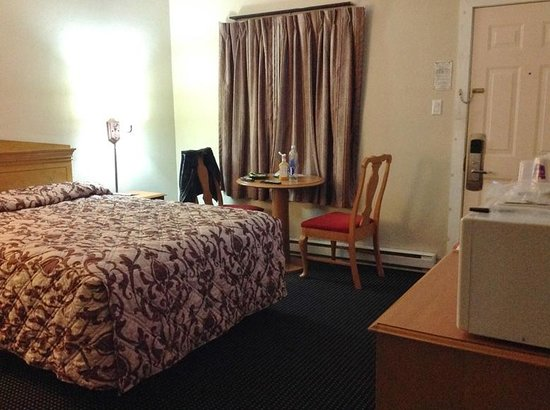 Knights Inn London Airport : Quarto