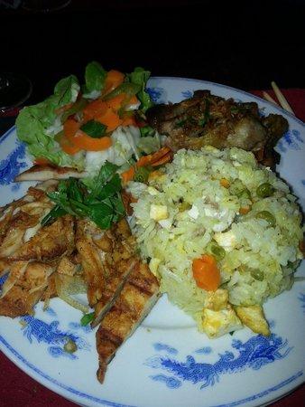 Poulet et porc marines croustillants accompagnés de légumes frais variés et coriandre .Riz canto