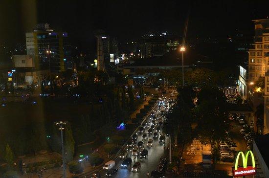 Hotel Horison Semarang : Pemandangan Simpang Lima dari kamar hotel
