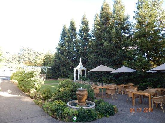 MacArthur Place - Sonoma's Historic Inn & Spa: patio behind Saddles restaurant