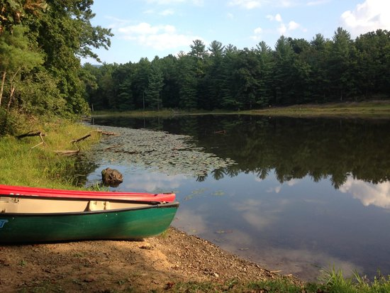 Montfair Resort Farm: Tranquil lake with canoes that are available for the guests