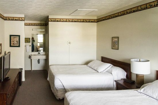 Empire Lakeshore Inn: Room with 2 queen beds