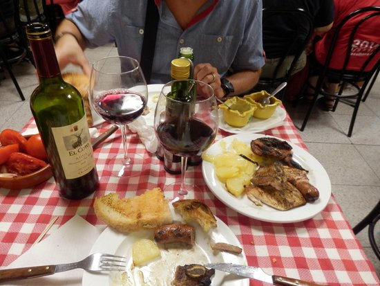 Can Cargolet: Parrillada, vino...rico rico.