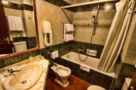 Hotel Malaspina: Baño habitación 208